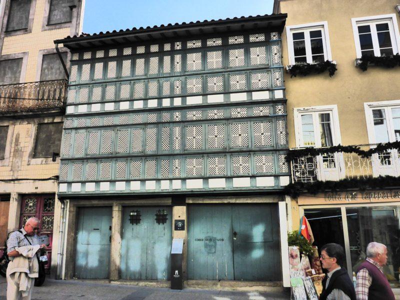 Casa das Gelosias czyli dom z krat. Pochodzi z 17 wieku, a jego nazwa pochodzi od krat w stylu arabskim.