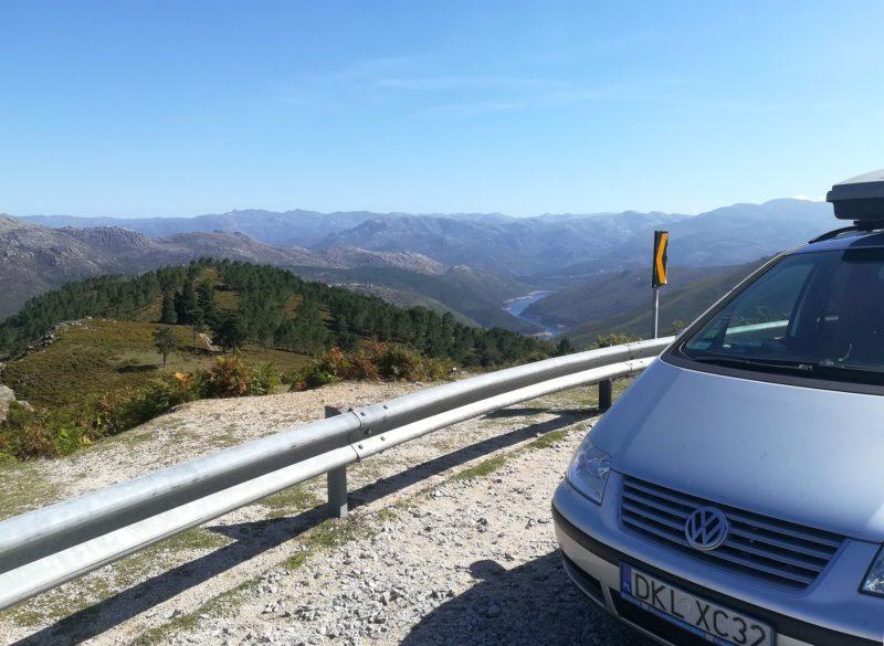 Punkt widokowy przy drodze w parku Narodowym Peneda-Geres. Widok na góry