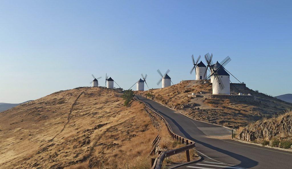 Malownicze wzgórze z wiatrakami górujące nad miastem Consuegra.